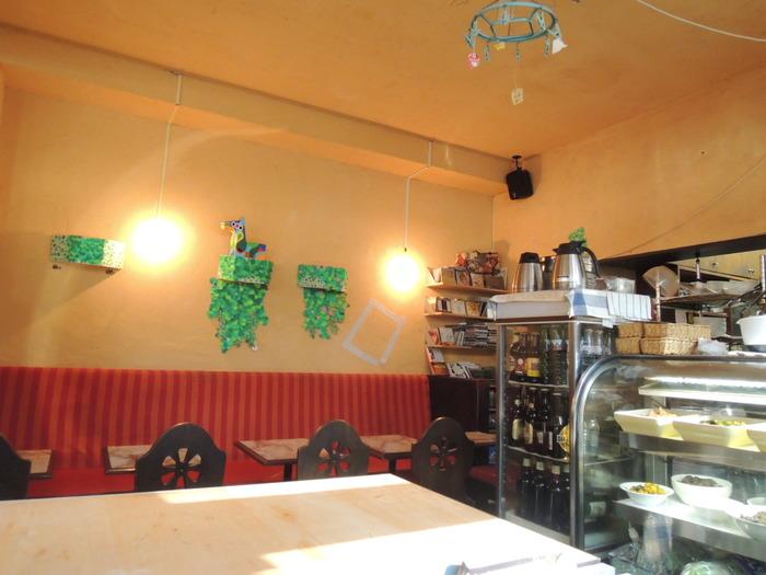 店内に足を踏み入れると、そこには昭和の食堂のような暖かい雰囲気が広がります。席はテーブルと座敷があり、ウッディで落ち着く空間。普段は海外のお客さんが多いようです。