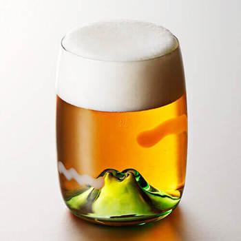 そこにビールを注ぐと、景色が一変、茜色の夕焼け空に変わります。商品名は<夕焼けのやま>。幻想的で、ロマンチックなグラスですね。晩酌の時間が、より素晴らしいものになりそうです。