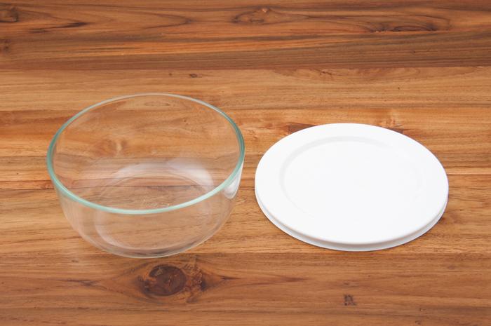 また、重ねた時にデッドスペースを作らないよう設計されているのでスッキリと保存することが出来ます。そのまま食卓に出しても何だかサマになるシンプルなデザインと中身を確認しやすい使いやすさ、さらに余計なパーツが無いので丸洗いできて衛生的に使い続けることが出来ます。サイズ違いで揃えてみてはいかがでしょう!
