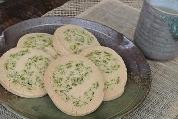 電子レンジで水分を飛ばした茶殻を記事に混ぜ込んだクッキーです。グリーンが見た目にも爽やかで、ほんのりお茶の風味が感じられます。