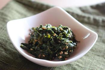 こちらは、おひたしのように楽しむ茶殻のポン酢和え。さっぱりほろ苦い大人の味わいです。