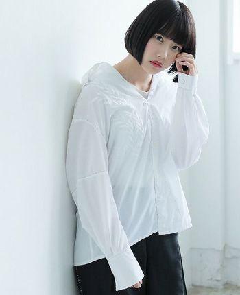 ゆったりとしたサイズ感が特徴のオーバーサイズシャツは、カジュアルな着こなしが得意。ふんわりとリラックスした空気感をまといます。