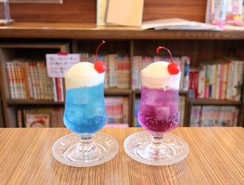 名物のカラフルなクリームソーダには、ブルーは「アクアマリン」、紫色は「アメジスト」など、すべて宝石に名前がつけられているんですよ。