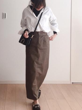 スカートやパンツにシャツをタックイン。ウエストの位置を高く見せることができるので、コーディネートをバランスよく見せることができます。