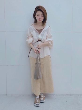 オーバーサイズシャツの上からベルトでウエストマークすれば、コントラストが付いてメリハリのある着こなしに。細いベルトはフェミニンさが生まれるので、スカートスタイルにぴったり。