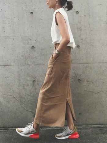 今年注目の縦長のナロースカートは、トップスインすることでウエストラインがすっきり。スマートな印象で、脚を長く見せることができます。