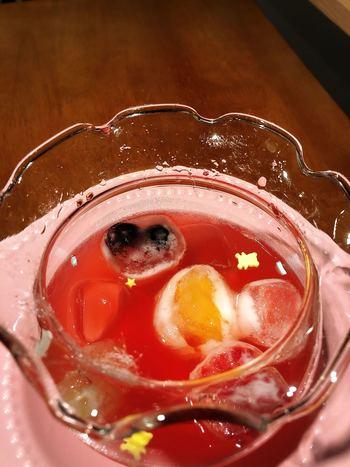 1番人気の「金魚鉢フルーツソーダ」は、ピンクグレープフルーツをはじめ、ストロベリーやマンゴー、ピーチなど8種類からセレクトできます。透き通ったソーダ水の中には、フルーツをそのまま凍らせた氷が浮かんでいて、見た目にも涼し気。
