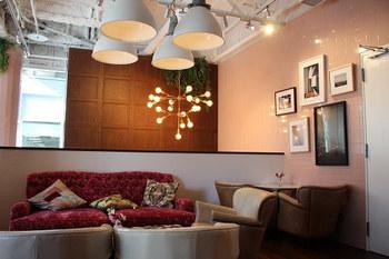 ミレニアルピンクで彩られた店内は、ソファやライトのデザインも凝っていてラグジュアリーなカフェタイムを過ごせます。