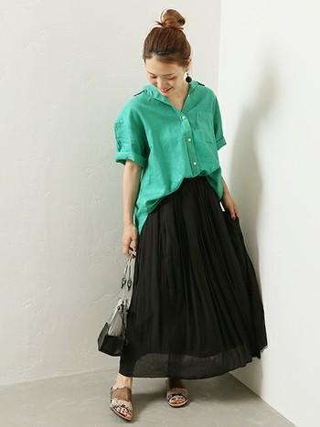 目を引くグリーンのシャツは、黒のスカートと合わせてシックな装い。華やかなカラーでもリネン素材のシャツを選ぶことで、品良く決まります。