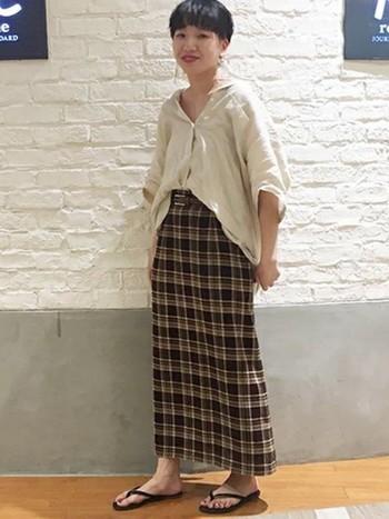 ベージュのシャツはスカートスタイルにもぴったり。同系色のタイトスカートと合わせた、こなれ感のあるワントーンコーデも素敵です。