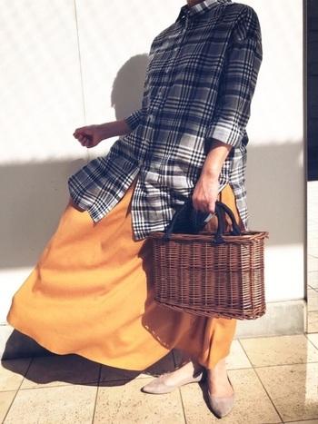 同じグレーでもチェック柄なら大人っぽさの中にも程良いカジュアルさが。鮮やかなオレンジのロングスカートを合わせて、明るい大人カジュアルな着こなしに。