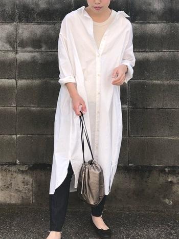 ゆったりサイズのシャツワンピは、一枚で着るのはもちろん、レイヤードスタイルにも大活躍!スキニーデニムを覗かせて、清潔感のある着こなしに。