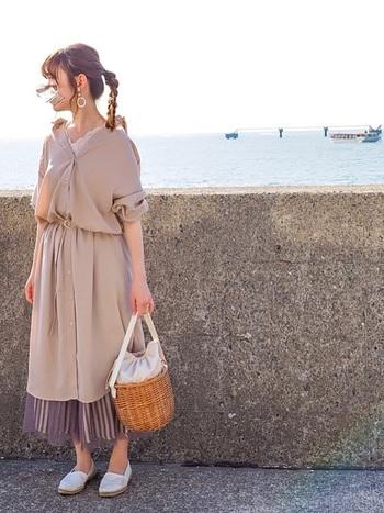 オーバーサイズだからこそ、ロングスカートと合わせたいもの。ベージュのシャツワンピの裾からちらりと見えるプリーツスカートが、コーディネートに立体感をプラスしています。