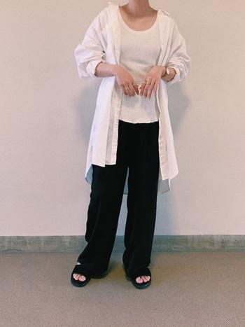 シャツの下に同じ白のインナーを合わせれば、優しくさわやかな印象に。秋冬には厚みのあるリブ素材のものがおすすめ。