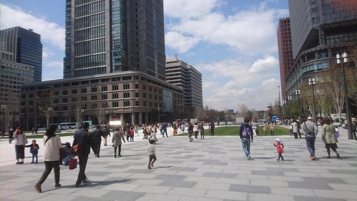 現在、都内でスパイシーなカレーで有名な人気のエリアといえば、下北沢や三軒茶屋、荻窪や中野、神田や新宿、上野や浅草等などが候補に上がりますが、ここ「東京駅周辺」も、スパイシーなカリーや料理で評判を得ている人気店や老舗店が数多く、隠れたカレー激戦区となっています。【東京駅丸の内駅舎前の「行幸通り」。直進すれば「皇居外苑」へと至る。】