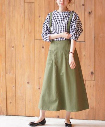 カーキのサスペンダー付きスカートは、ギンガムチェックのブラウスを合わせて大人ガーリーな着こなしに。フェミニンな雰囲気のアイテム同士ですが、カラーを抑えているので華やかになりすぎないのが魅力です。
