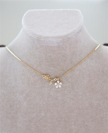 白い小花の勿忘草を添えた、ゴールドが美しい華奢なデザインのネックレスです。大ぶりなフラワーモチーフもキュートですが、さりげなくお花を首元に添えたいという方にはぴったりなアクセサリーですね♪