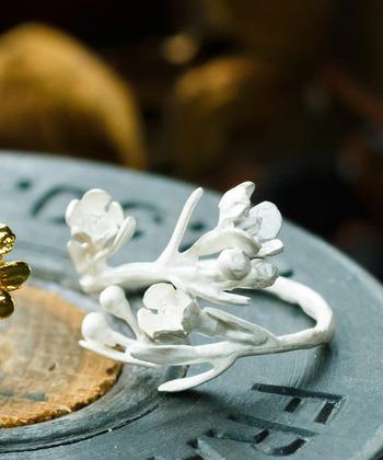 ワックスフラワーにホワイト加工を施したリングは、経年変化でアンティークのようなグレイッシュ系の色味に変わってゆくのが魅力です。長く愛用したくなる、素敵なリングですね。