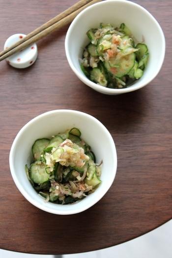 キュウリとミョウガをお醤油と鰹節で和えるだけの簡単レシピ。あと一品欲しい時にオススメです。お豆腐に乗せても美味しそう!