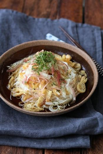 カリッと焼いたお揚げとミョウガ、大葉の薬味が爽やかに口いっぱいに広がるぶっかけ素麺です。