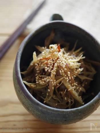 いつものきんぴらにミョウガを加えるだけで爽やかな味わいに!食物繊維がしっかり摂れるオススメレシピです。