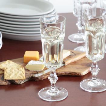 シャンパングラスなら、ATON LUCEの<クリスタルシャンパングラス>がおすすめ。イタリアのトスカーナ地方で作られた、クラシカルなデザインのグラスです。このグラスがあれば、いつもの食卓も豪華に華やかになりますよ。