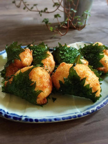 ふわふわの山芋を大葉で挟んで揚げたおつまみに最適なレシピです。大葉に含まれるカロテンは熱に強いので油で揚げることで吸収力がアップします。