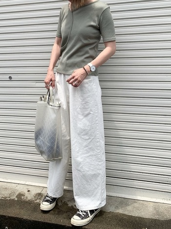 ワイドパンツのトップスをタイトにまとめ、メリハリを作るのが今年風。丈短めのジャストサイズのTシャツを選べば、ボトムスにインしなくてもすっきり見せが叶います。パンツのウエストラインを出さないことで、少しゆったりした印象に。