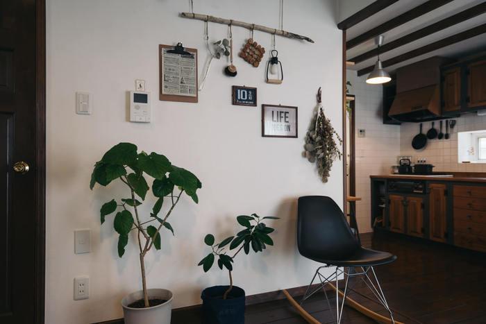 木がふんだんに使われたお部屋の壁にさりげなく流木を吊るして…。 試験管に入れたグリーン、鍋敷き、タワシなど、日用品を素敵にディスプレイ。普段使う日用品もお洒落な物なら、インテリアの一部に!流木の側にセンス良く飾られたフレームやドライフラワーもインテリアとマッチして、とってもお似合いです。