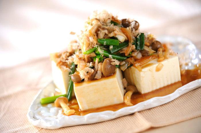 熱々の豚肉、シメジ、玉ネギと冷たい豆腐の温度差が楽しい「豆腐の豚キノコ炒めのせ」。甘酢とポン酢の酸味でさっぱり味わえます。かつお節の風味も◎。