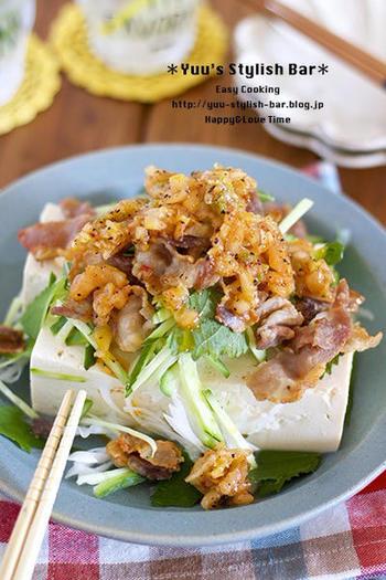 カリカリに炒めた豚肉とキムチ、大葉とキュウリをのせた「カリカリ豚キムチおかず冷奴」。キムチと酢のさっぱりした味わいがおいしいボリューム満点冷奴です。