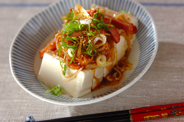 「チャーシュー豆腐」は、市販のチャーシューを電子レンジで温めてタレを混ぜ合わせるだけでできる、お手軽中華風冷奴。しっかりした味付けなのでごはんのお供にもぴったりの一品です。豆腐はひとくち大に切っておくと食べやすくなりますよ。