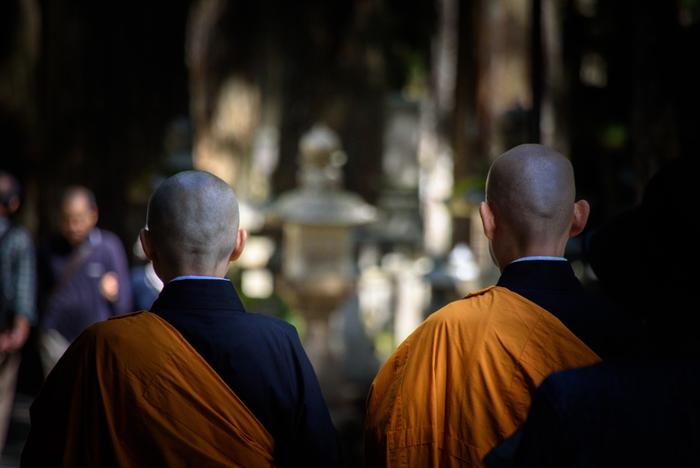 世界遺産に登録されている高野山には、日本国内外から訪れた大勢の観光客で賑わっています。その一方で、この地は真言宗の開祖者である弘法大師が没した地でもあり、日本有数の霊場となっています。開山から1200年以上もの時を経た今なお、高野山は人々の信仰の拠り所であり続けています。