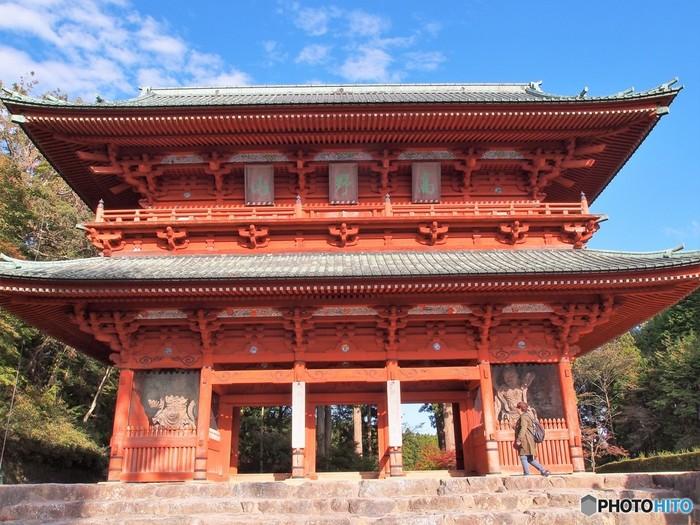左右に金剛力士像が安置されている朱色の大門は、国の重要文化財で高野山全体の総門です。現在の大門は1705年に再建されたものですが、もともとは11世紀に創建されました。この大門は、聖なる宗教都市・高野山へ私たちを誘っています。