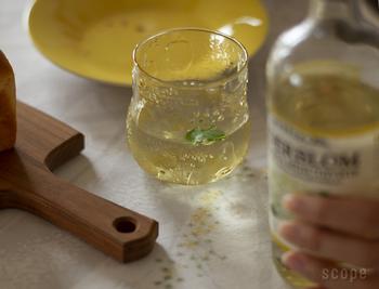 おもてなし用のグラスをそろえたいなら、iittalaの<Frutta>がおすすめ。全体にいろいろな果物があしらわれた、小さめサイズの可愛いグラスです。