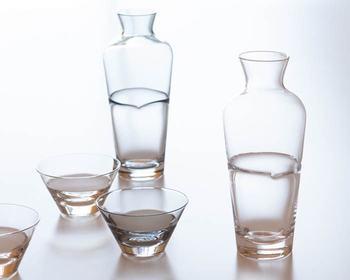 お酒のおもてなし用グラスなら、Sghrの<duo>のトックリと猪口のセット。トックリは、常に飲み物が入っているように見える不思議な模様がプラスされた遊び心あるデザインです。