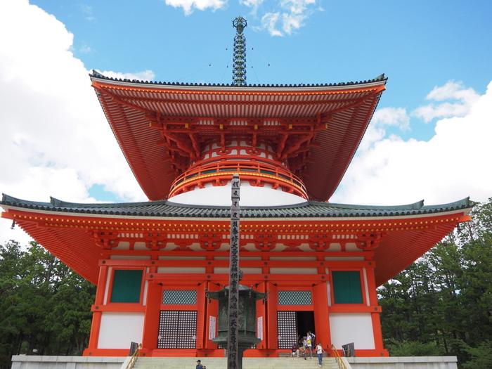 壇場伽藍の根本大塔は、816年から約70年の歳月をかけて完成したものと伝えられています。現在の建物は、1937年に再建されたものですが、壇上伽藍の根本大塔は、多宝塔としては日本最初のものです。