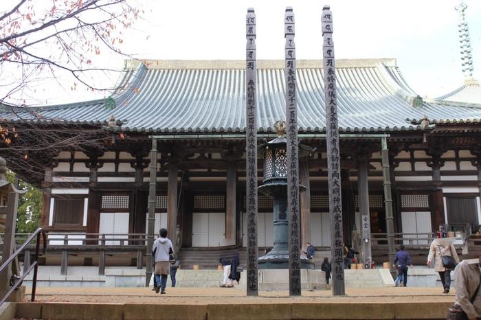 壇上伽藍の中央にある金堂は、高野山全体の総本堂です。この場所は、高野山の宗教行事が執り行われる神聖な場所です。