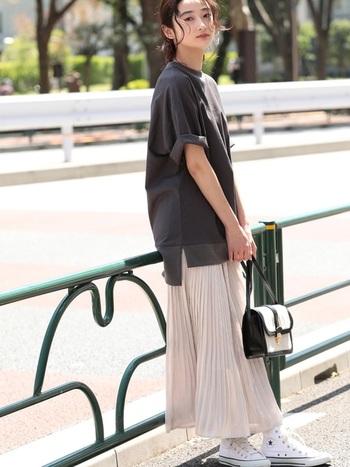 透け感のあるフェミニンなプリーツスカートに、ゆったりとしたサイズ感のTシャツでメリハリを。かわいくなりすぎない、大人カジュアルコーデです。