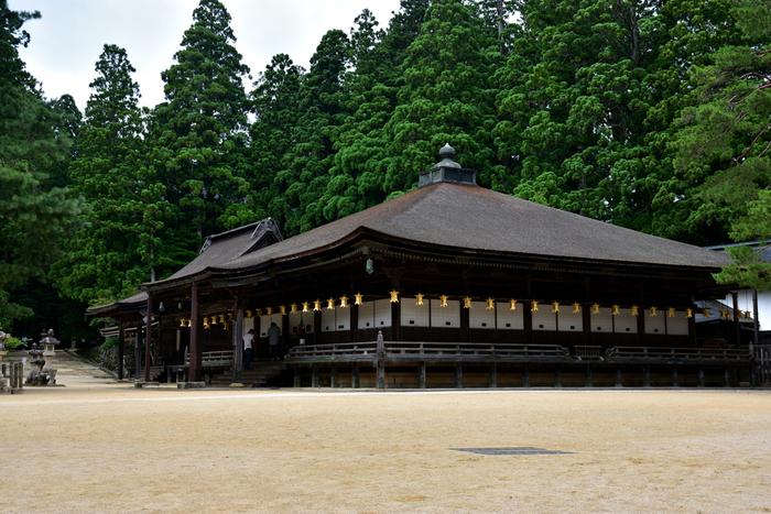 御影堂は、弘法大師の御影が祀られているお堂で、弘法大師が居住していたと伝えられている建造物です。