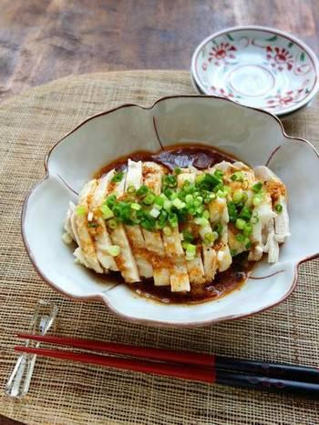 ラー油や山椒が効いたピリ辛味のよだれ鶏。鶏むね肉を丸ごと使って、簡単にメインディッシュができるレシピです。鶏肉のゆで汁もスープとして使えるのでムダがありません。