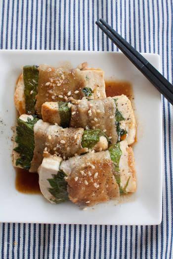 豆腐を豚バラ肉で巻いた、見た目にもボリュームのある一品。大葉がおいしさと彩りのアクセントになっています。豆腐をあらかじめしっかり水切りしておくのが、調理しやすくするポイントです。