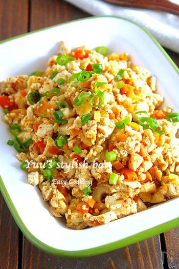 豆腐と卵でしっかりと食べ応えが感じれる炒り豆腐のレシピ。半端に残っている野菜を入れれば、冷蔵庫の整理にも役立ちます。水分を飛ばした豆腐はおいしさが凝縮されて◎
