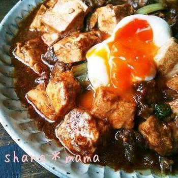赤味噌の濃厚な味わいがおいしい味噌煮込み豆腐です。メインは豆腐でもご飯が進む味なので満足感もありますよ。パッと手早く作れる時短レシピなので、忙しい時にも◎