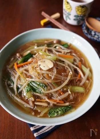 もやしなどの野菜と春雨を使った中華風あんかけです。もやしは食感を残すようにしておくと、食べ応えも感じられますね。お肉不要なのでとってもお財布にやさしいレシピ。