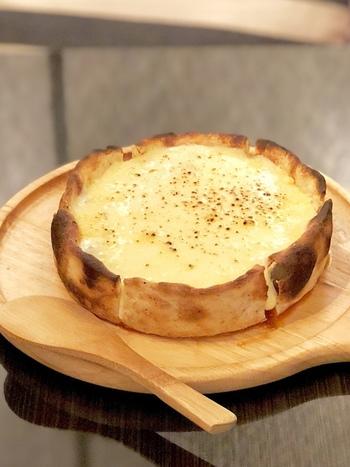 アメリカ・シカゴでB級グルメとして親しまれている「シカゴピザ」。「ディープディッシュピザ」とも呼ばれており、その名の通り、深めのお皿に具材を詰めて焼き上げるピザなんです。