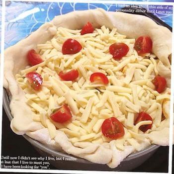ピザ生地から作る、基本のシカゴピザの作り方です。ミートソース缶とホワイトソース缶を使うので、味付けは簡単♪冷蔵庫にある野菜で作れます。