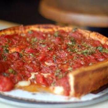 本場のシカゴピザはスキレットを使いますが、こちらはどの家庭にもあるフライパンを使って作るレシピ。生地と具材をフライパンに入れて、30分ほど焼き上げます。