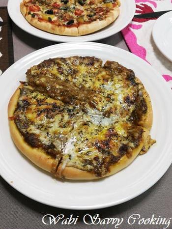 カレーが残ったら、シカゴピザにアレンジしてしまいましょう。モルネーソース(チーズと卵黄入りのホワイトソース)と一緒に生地の上にトッピング。オーブンでこんがりと焼いて出来上がり!