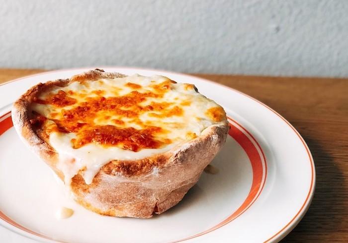 「シカゴピザ」をご存知ですか?アメリカのシカゴで生まれたB級グルメですが、その見た目と、とろーりチーズが堪能できる美味しさから、いま注目が集まってきています。まだ日本ではあまり知られていない「シカゴピザ」の魅力をご紹介します♪